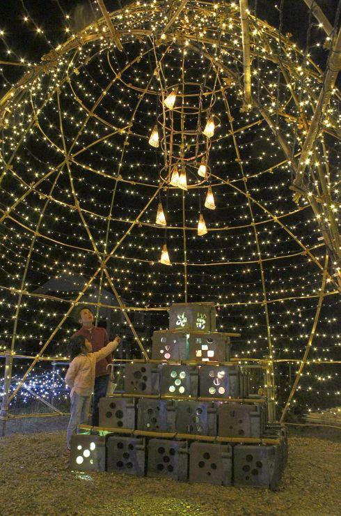 安田瓦や竹籠で飾り付けされた光のトンネル=14日、阿賀野市中央町2