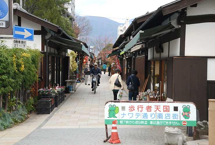 終日、歩行者天国となる松本市の縄手通り