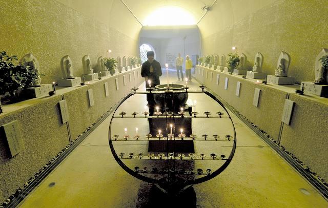 西国三十三カ所巡りになぞらえ、38体の像が並ぶ玉川洞窟観音=福井県越前町