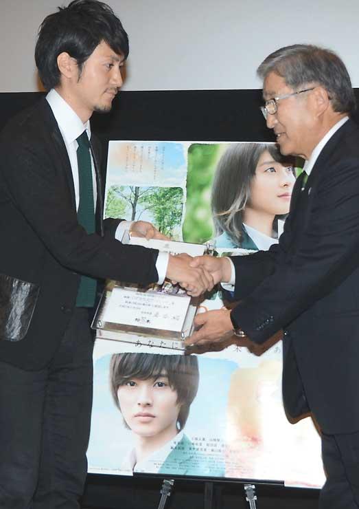 松本市の坪田副市長から認定証を受け取る東宝の林原さん(左)
