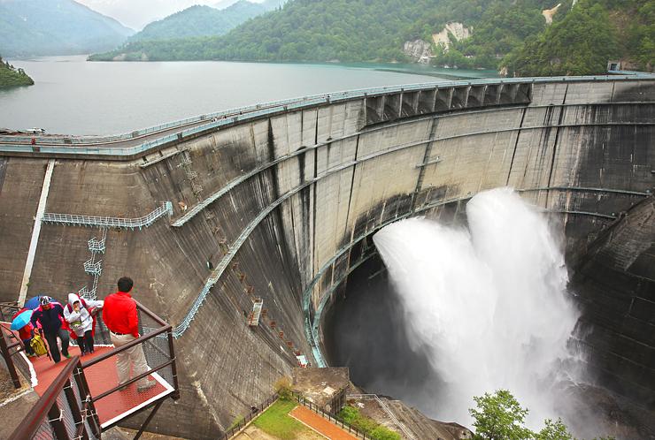 観光放水する黒部ダム。関電トンネルトロリーバスの利用者は、ことし100万人に到達する見通し=6月