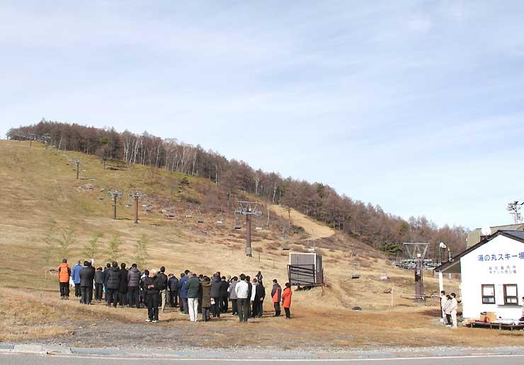 雪の無い湯の丸スキー場のゲレンデで行われた冬山安全祈願祭=19日、東御市