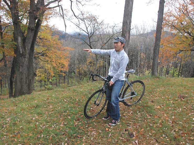 コースの下見をする小林さん。林の中を通ったり、自転車を担いで階段を上がったりする