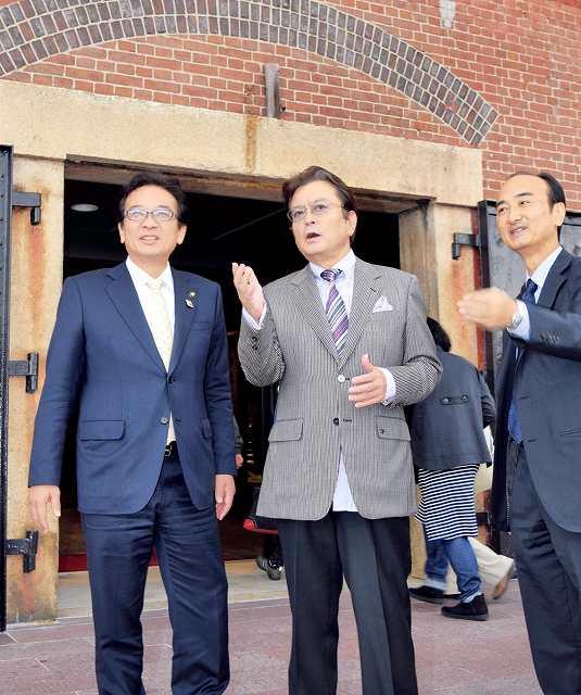 敦賀赤レンガ倉庫を見学する大和田さん(中央)と渕上市長(左)=20日、敦賀市金ケ崎町