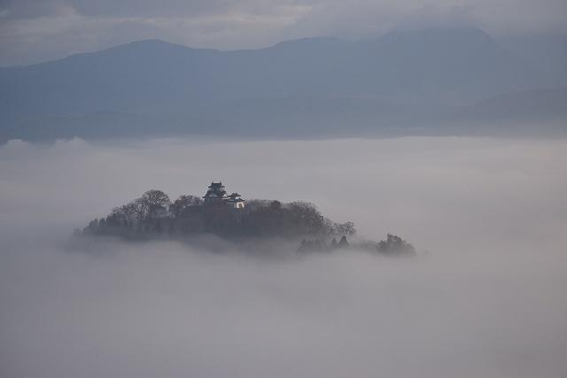 雲海に浮かぶ幻想的な越前大野城=23日午前7時25分ごろ、福井県大野市犬山