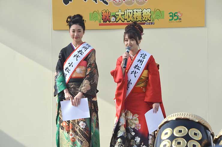 松代町観光親善大使を委嘱された牧野さん(左)と平田さん