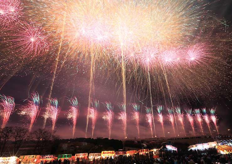寒空を1万5000発の花火が彩った第110回長野えびす講煙火大会=23日午後7時50分、長野市川合新田の犀川河川敷