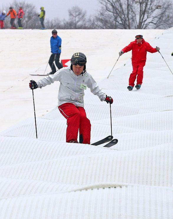 新設されたスノーマットで初滑りを楽しむスキーヤー=21日、湯沢町三俣