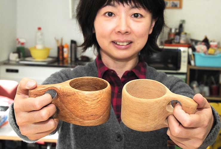ミズナラで作ったマグカップを手にする平松さん