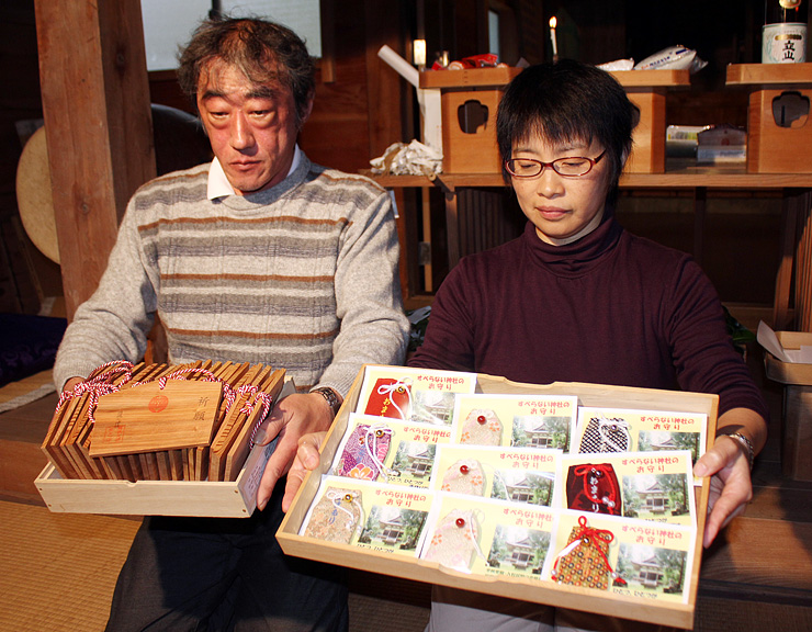 「滑らない神社」の神木を利用したお守り(右)と絵馬