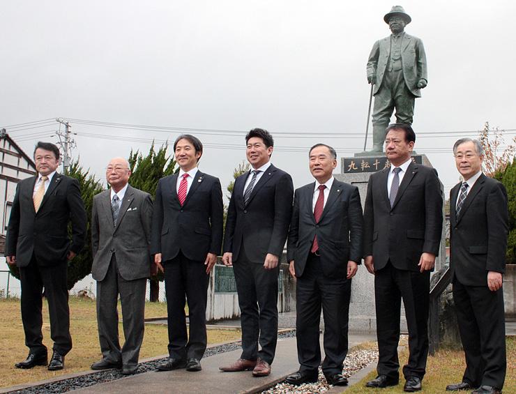 浅野の銅像を視察する本川市長(左から3人目)、福田市長(同4人目)ら氷見、川崎の関係者=氷見市薮田