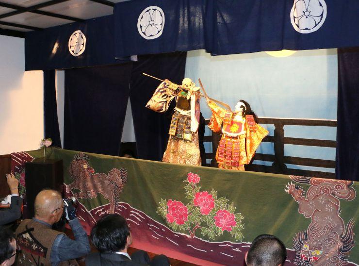 「文弥人形の館」での関栄座による公演=21日、佐渡市関