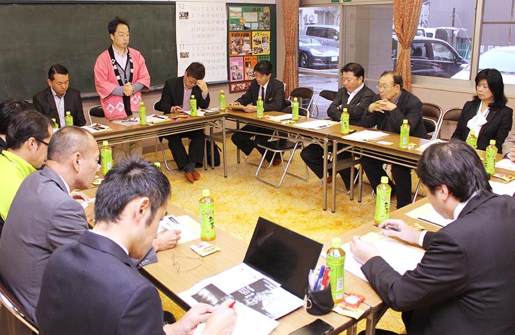 新しい冬のイベント「宇奈月温泉『百名月物語』」について打ち合わせする実行委員会=宇奈月公民館