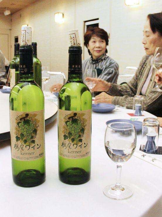 「栃尾ワイン」の新酒の出来栄えを楽しんだ試飲会=長岡市栃尾本町