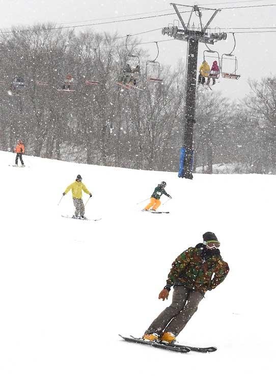 28日にオープンした白馬五竜スキー場のゲレンデで初滑りを楽しむスキーヤー=28日正午、白馬村