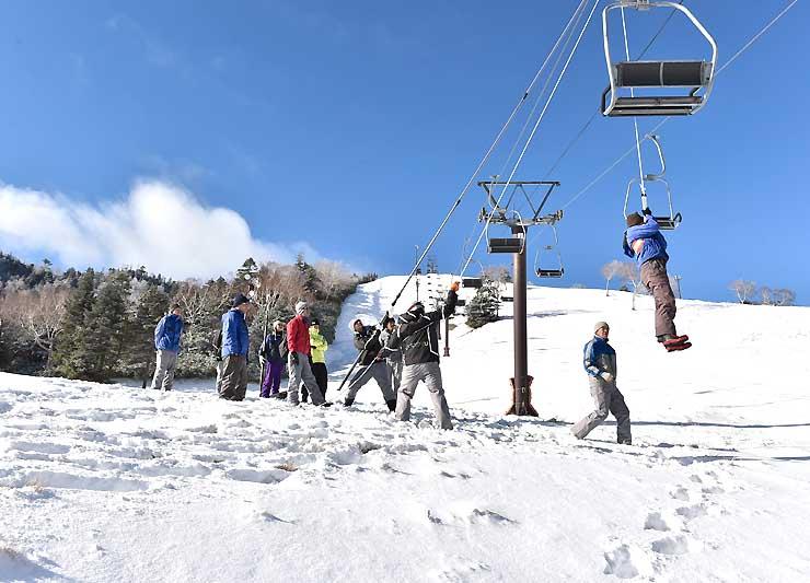 29日のスキー場開きを前に、リフトから乗客を救助する訓練を行う従業員たち=28日午前9時17分、山ノ内町の熊の湯スキー場