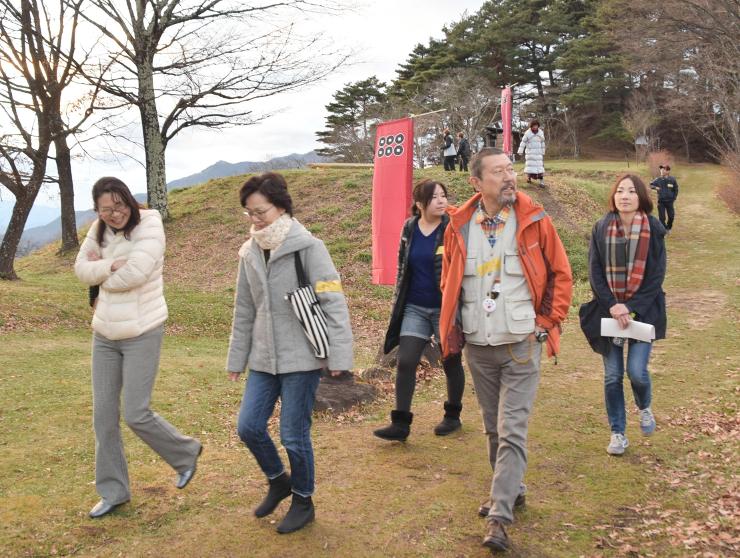 真田氏本城跡を散策する参加者