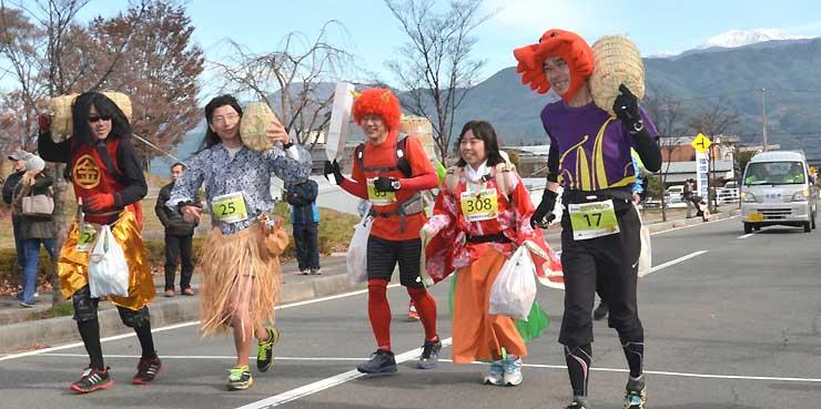 さまざまな仮装をし、米俵を担いで走る参加者