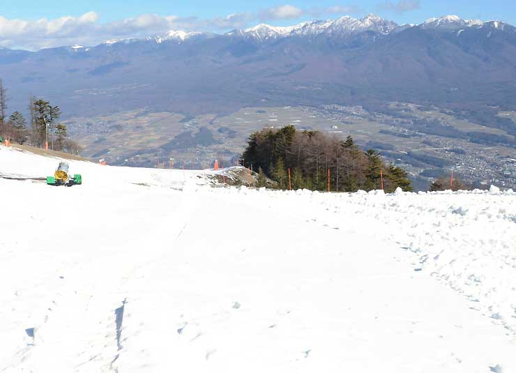 5日のオープンに向けて準備が進む富士見パノラマリゾートの山頂駅周辺