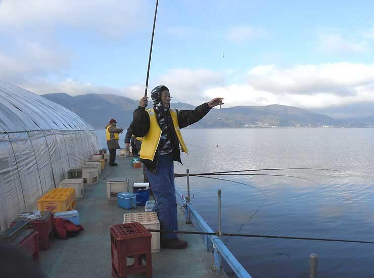 ワカサギ釣りが最盛期を迎えた諏訪湖。ドーム船の外では次々とかかった=1日午前8時すぎ