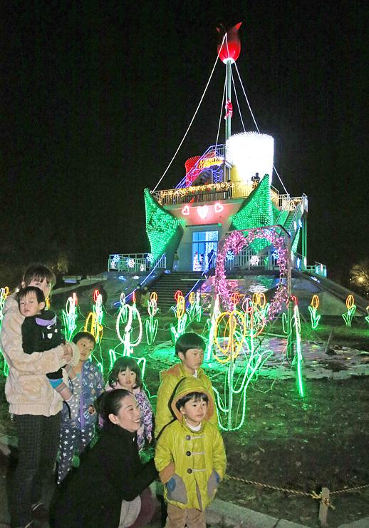 タワーや花壇を電飾で鮮やかに彩った「KIRAKIRAミッション」=砺波チューリップ公園
