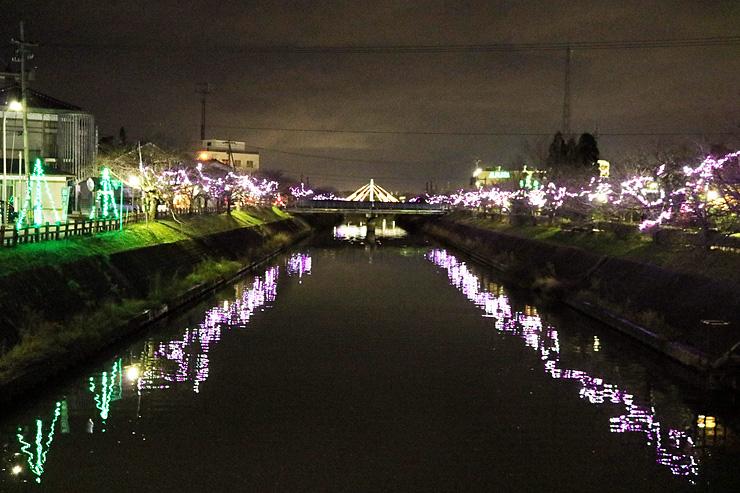 ピンクと白の光で下条川を彩るツゥインクルナイトin射水=射水市戸破