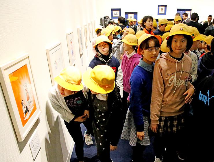 オープンした藤子・F・不二雄ふるさとギャラリーで作品を鑑賞する子どもたち=高岡市美術館2階〈(C)藤子プロ〉