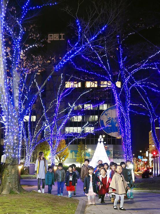 夜の街を鮮やかに彩るイルミネーション=富山城址公園