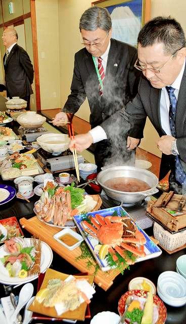 カニやフグなどの魚介をふんだんに使った鍋料理の発表会=2日、福井県小浜市の料理旅館「若杉 末広亭」