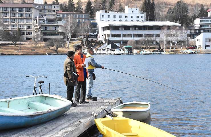標高約1400メートルの白樺湖。ボート乗り場の桟橋の先にワカサギ釣り用のドーム船を浮かべる=2日、茅野市
