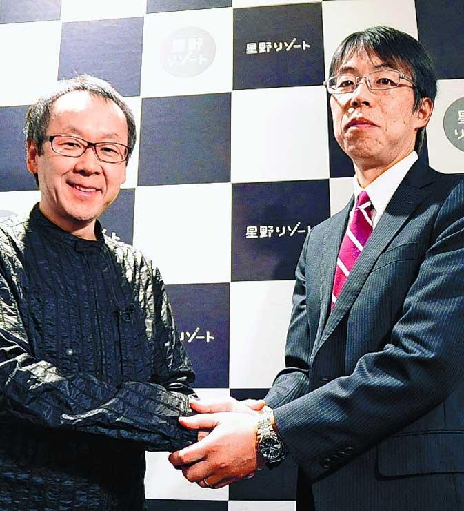 投資ファンドの設立を発表し、日本政策投資銀行の幹部(右)と握手する星野リゾートの星野代表=2日、東京都中央区