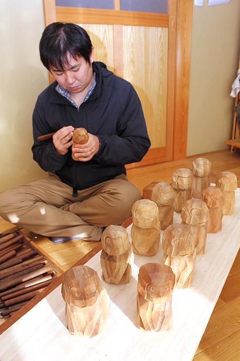 井波彫刻協同組合青年部員が制作したサルの置物=木村彫刻工房