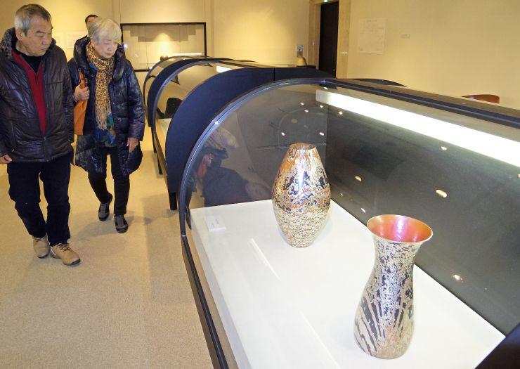 木目金など鎚起銅器の粋を集めた玉川達士作品展=29日、燕市大曲