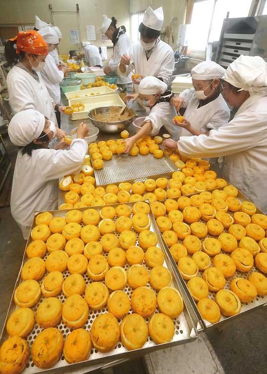 天龍小の3年生も手伝って始まった柚餅子作り=3日、天龍村坂部