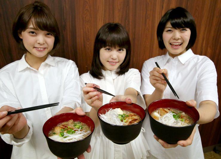 完成した雑煮を手にするNegiccoのメンバー=3日、新潟市東区