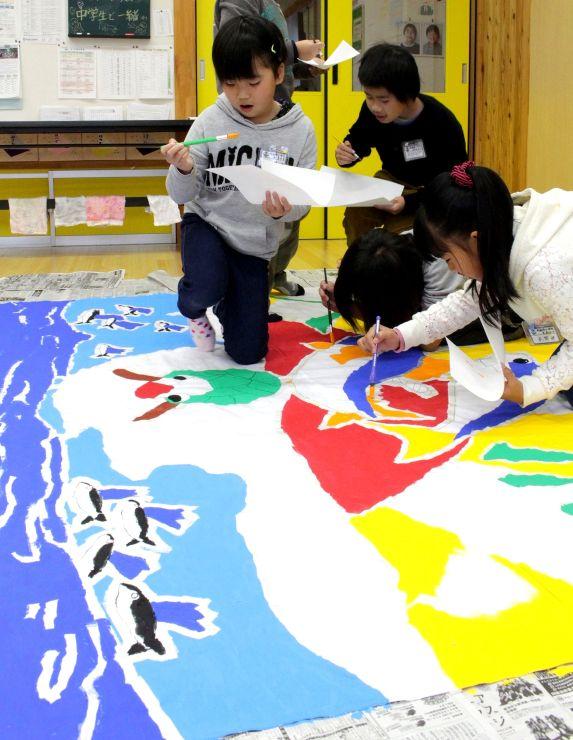 「寒ぶり大漁まつり」に向けてオリジナルの大漁旗を作る児童たち=佐渡市鷲崎