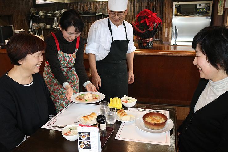 「食彩しんみなと」の特別メニューを楽しむ来店客=レストラン登汐