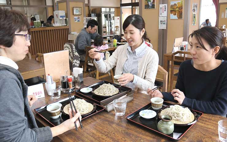 生坂村産の「信州ひすいそば」を使ったそばを味わう人たち