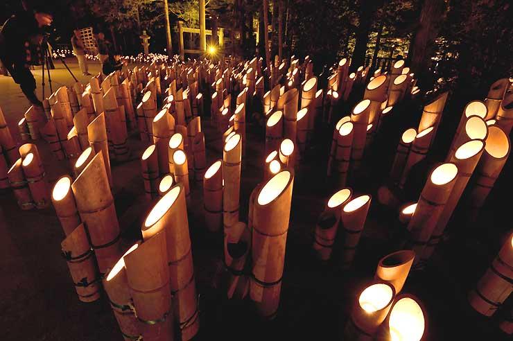 竹灯籠の揺れる火が、訪れた人を魅了した「安曇野神竹灯」=4日午後6時23分、安曇野市穂高の穂高神社