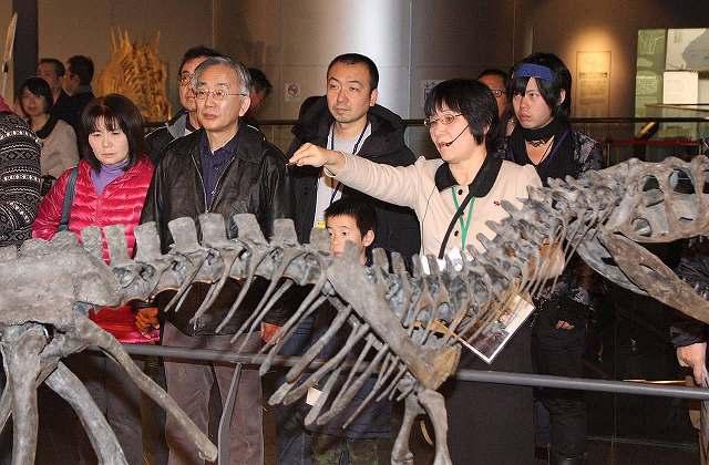 解説員(手前右)から展示標本の説明を受ける参加者たち=5日、福井県勝山市の県立恐竜博物館