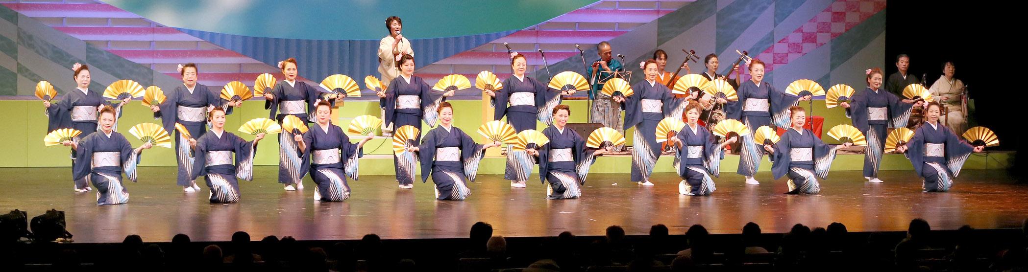 華やかな群舞を繰り広げた暁声民謡会=金沢市の金沢歌劇座