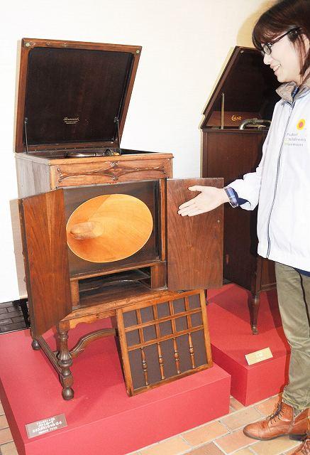 寄贈された米国・ブランズウィック社製の蓄音機=福井市の県立こども歴史文化館