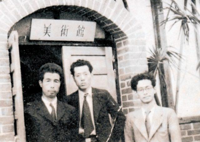 「美術館」入口の前に並ぶ左から松崎真一、冨田惣七、玉村晋一=県立美術館「松崎真一展(1982年)」図録から