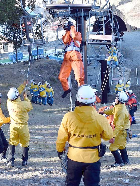 リフトに取り残された人を想定した救助訓練=8日、麻績村の聖高原スキー場