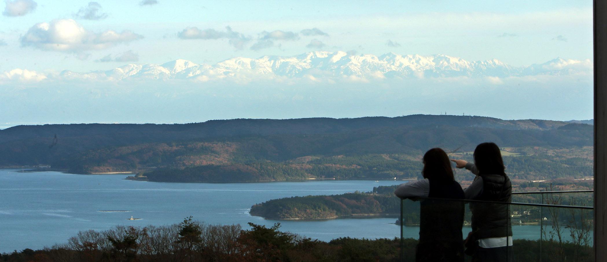 七尾湾の奥にそびえ立つ立山連峰=のと里山海道別所岳SAの展望台「能登ゆめてらす」