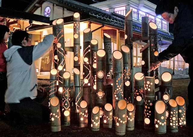 試験点灯した竹灯り=8日夜、福井県あわら市のえちぜん鉄道あわら湯のまち駅前広場