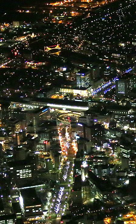 鮮やかな光に彩られたJR富山駅(中央)周辺。手前は城址大通り=9日午後6時10分(写真部次長・盛田淳撮影)