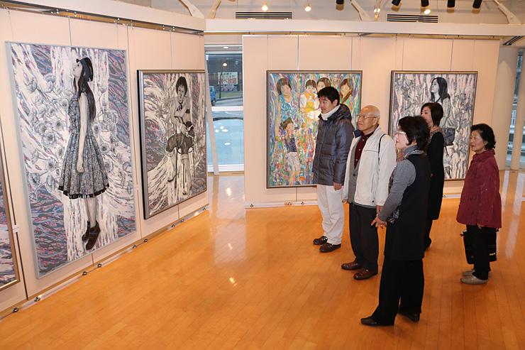 女性の空白な時間を表現した大作などが並ぶ展示=北日本新聞砺波支社