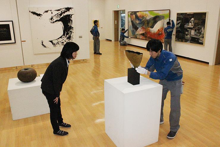 展示の最終チェックをする二塚学芸員(左)らスタッフ=アートハウスおやべ