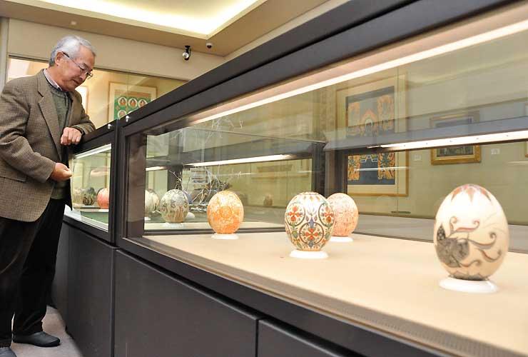 ダチョウの卵の殻に彩色した「エッグアート」が並ぶ企画展